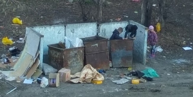 Дети играют в мусорных баках